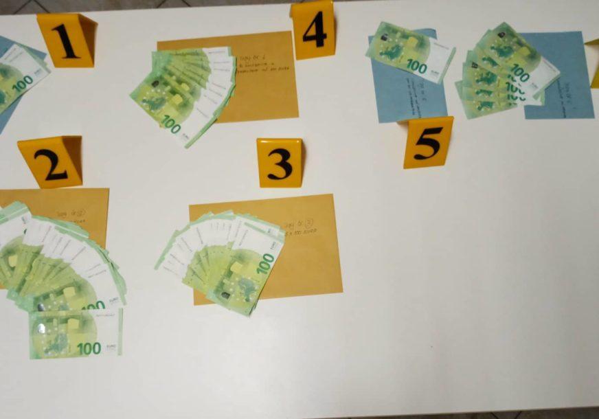 U DERVENTI ODUZETO 7.300 EVRA Sumnja se da su novčanice KRIVOTVORENE