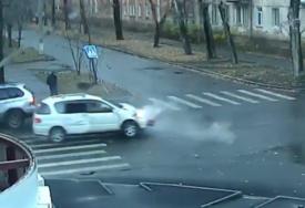OVO SE ZOVE SREĆA Pješak u jednoj nesreći dva puta izbjegao smrt (VIDEO)