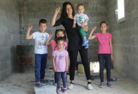 POMOZIMO HRABROJ DRAGANI I NJENIM MALIŠANIMA Pokrenuta akcija za izgradnju kuće porodici Elez iz Gacka (FOTO)