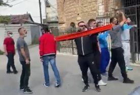"""PROVOKACIJAMA NEMA KRAJA Navijači ispred Bogorodice Ljeviške uzvikivali """"KOSOVO JE SRCE ALBANIJE"""" (VIDEO)"""