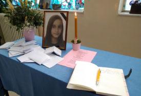 PRNJAVOR ZAVIJEN U CRNO Dan žalosti zbog pogibije djevojčice (13)