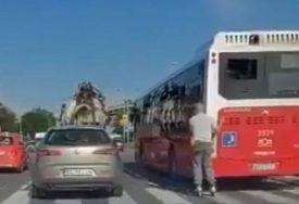 NOVA OPASNA MODA Poslije električnih trotineta sada VOZE ROLERE NA AUTO-PUTU i kače se za autobuse (VIDEO)
