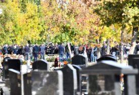 GROBLJEM SU SE ČULI SAMO UZDASI I PLAČ Beba preminula u vrtiću sahranjena u bijelom kovčegu