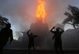 ZAPALJENA CRKVA, SRUŠIO SE TORANJ Haos u Čileu na godišnjicu krvavih demonstracija (FOTO)