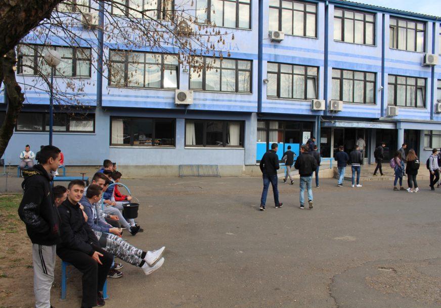ĐACI PONOVO U KLUPAMA Počela nastava u 236 osnovnih i  srednjih škola