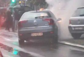 BUKTINJA UZNEMIRILA GRAĐANE Zapalio se automobil tokom vožnje, vozač na vrijeme pobjegao (VIDEO)