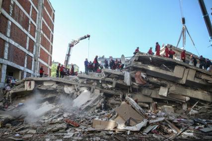 ČUDO U TURSKOJ Poslije 17 sati izvukli ŽIVU ŽENU iz ruševina, zemljotres sravnio zgradu u kojoj se nalazila (VIDEO)