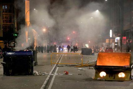 ESKALIRALI PROTESTI ZBOG MJERA Sukob demonstranata i policije u Barseloni