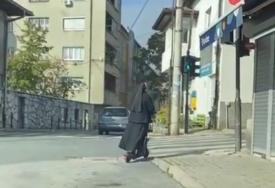 RIJEDAK PRIZOR Časna sestra PROZUJALA na romobilu (VIDEO)