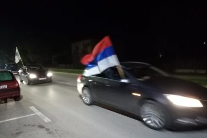 SLAVE RASKID KOALICIJE SA SNSD Kolone vozila po Prijedoru sa zastavama DNS i uz pjesmu (FOTO)