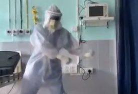 OVE RUKE POKAZUJU SAV NAPOR LJEKARA Nakon cjelodnevne borbe sa koronom, doktor našao način da razveseli pacijente (VIDEO)