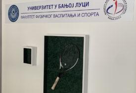 REKET KOJIM JE NOLE OSVOJIO DOHU Rekvizit srpskog tenisera krasi ulaz na fakultetu u Banjaluci