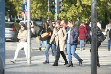 GRAĐANI SE NAVIKAVAJU NA NOVU SVAKODNEVICU Zaštitne maske se ponovo vratile na ulice Banjaluke (FOTO)