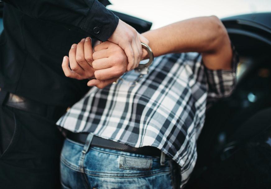 DROGA SKRIVENA U PODU PRIKOLICE Uhapšen vozač na graničnom prelazu sa 137 KILOGRAMA marihuane