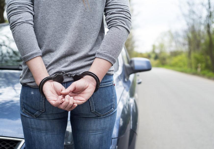 POLICIJA UHAPSILA DJEVOJKU Izbacila iz kuće i pretukla muškarca, mještani ga zatekli kako LEŽI NA ULICI
