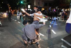 NAPAD KAMENJEM I PETARDAMA Sukob vjernika i policije zbog uvođenja zabrane okupljanja