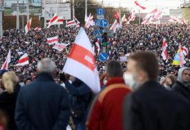 TENZIJA U MINSKU Policija šok bombama i pucnjevima rastjerala demonstrante od KUĆE LUKAŠENKA (VIDEO)
