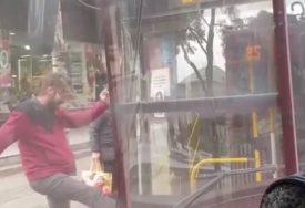 NEVJEROVATNA SCENA Muškarac snimljen kako šutira vrata autobusa (VIDEO)