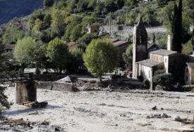NESTALO 20 LJUDI U poplavama poginulo najmanje devet osoba