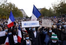 """FRANCUZI ODAJU POŠTU UBIJENOM NASTAVNIKU Ljudi na ulicama, nose se transparenti na kojima piše """"JA SAM SAMUEL"""""""