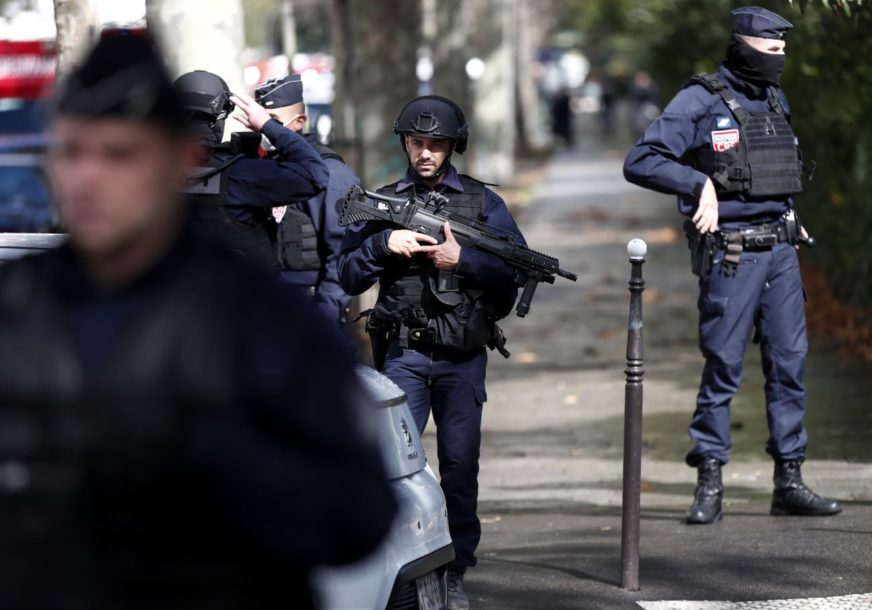"""JOŠ JEDAN TERORISTIČKI NAPAD U FRANCUSKOJ Nasrnuo na policiju i vikao """"ALAHU AKBAR"""", IMA MRTVIH"""