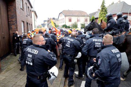 POLICIJU GAĐALI KAMENICAMA I FLAŠAMA Privedeno 150 demonstranata u Berlinu