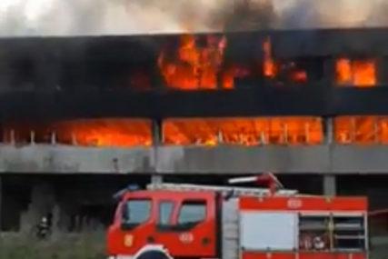 STANOVNIŠTVO OPET SUMNJA NA MIGRANTE Izbio požar u napuštenom objektu u poslovnoj zoni u Bihaću (VIDEO)
