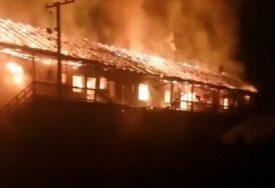 BEZ KROVA NAD GLAVOM OSTALO 20 PORODICA U velikom požaru izgorjela CIJELA ZGRADA (VIDEO)