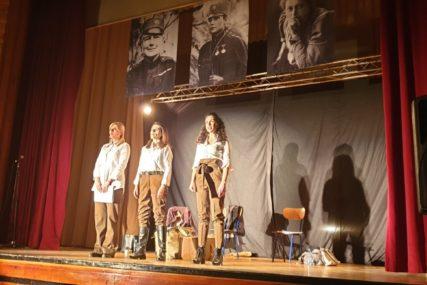 """Fascinantna priča o tri heroine: Predstava """"Žensko srce u šinjelu"""" u Doboju i Derventi"""