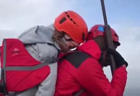 SNAGA VOLJE  Ultramaratonac nosio NEPOKRETNU PRIJATELJICU do najvišeg vrha Grčke (FOTO/VIDEO)