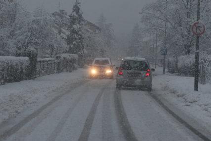 VOZAČI, BUDITE NA OPREZU! Ugažen snijeg mjestimično na kolovozima u višim predjelima
