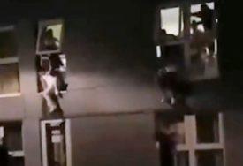 SILAZILI SA VISINE OD 12 METARA Studenti skakali kroz prozore da bi POBJEGLI OD POLICIJE na korona žurci