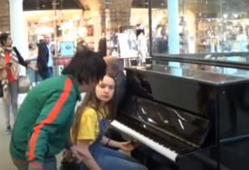 KAKAV PREOKRET Tinejdžerka je svirala klavir kada joj je prišao ČUDAK i tražio da sjedne, tada je nastala ČAROLIJA (VIDEO)
