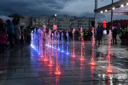 SVEČANOST U ISTOČNOM NOVOM SARAJEVU Spektakularnim vatrometom otvoren Trg Republike Srbije (FOTO)