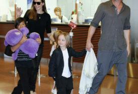 NOVA DRAMA ANĐELINE I BREDA Kćerka ne može da podnese Džolijevu, oca moli da se preseli kod njega