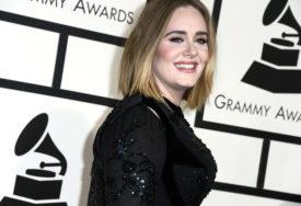 """""""PRELIJEPA JE RASPLAKAĆU SE"""" Adele pokazala novu liniju, fanovi podivljali (VIDEO)"""