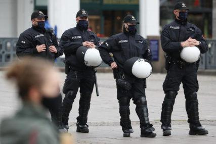 GRAĐANI NA ULICAMA Demonstranti gađali policajce kamenjem i flašama, DVOJICA POVRIJEĐENA