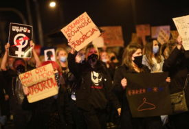 """""""NEĆU BITI VAŠA MUČENICA"""" Hiljade Poljaka na ulicama, traže ukidanje zabrane pobačaja"""