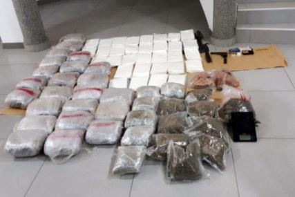 UHAPŠENA DVA DILERA Uhvaćeni prilikom primopredaje, zaplijenjeno 67 KILOGRAMA DROGE