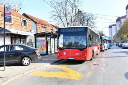 Jeziva nesreća u javnom prevozu: Žena pala pri pretrčavanju iz autobusa u autobus, sumnja se da su je GURNULI PUTNICI