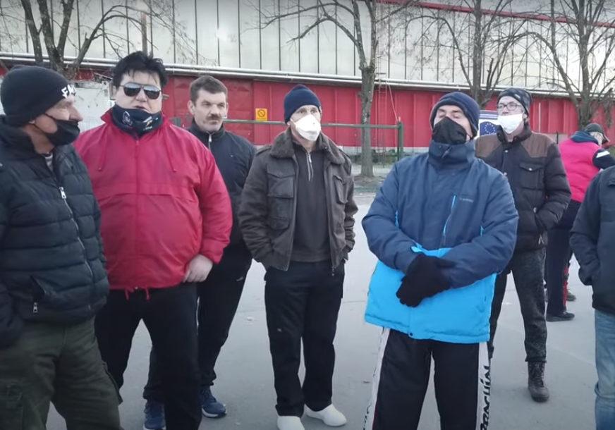 """""""NE ŽELIMO MIGRANTE U CENTRU GRADA"""" Stanovnici Bihaća 48. dan protestuju ispred zatvorenog prihvatnog centra (VIDEO)"""