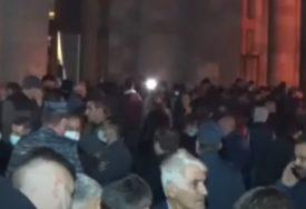 TENZIJE SE NE SMIRUJU Demonstranti probili kordon i upali u zgradu Vlade (VIDEO)