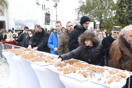 DAĆA ISPRED HRAMA Nakon sahrane patrijarha Irineja, vjernici ponuđeni žitom i kuvanim vinom