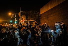 AMERIKA NA NOGAMA Haos i nasilje, sukobi Trampovih i Bajdenovih pristalica (VIDEO)