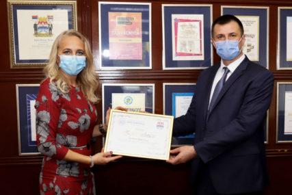 """PREGLEDI MOGUĆI I NA TERENU Dom zdravlja uručio zahvalnicu """"Hemofarmu"""" za VRIJEDNU DONACIJU"""