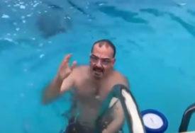 PRIPREMA ZA BOGOJAVLJENJE Ambasador SAD u Srbiji po hladnom vremenu pliva u bazenu (VIDEO)