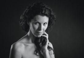 """FOTOGRAFIJE JELENE MEDIĆ Izložba """"Umjetnice Banjaluke"""" u Galeriji Plus"""