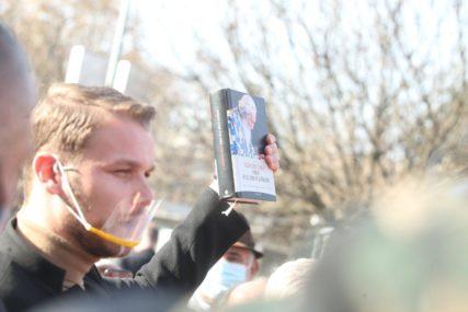 POKLON OD DVA BRATA Stanivukoviću na Trgu Krajine darivali knjigu patrijarha Pavla, a ovo piše u POSVETI (FOTO)