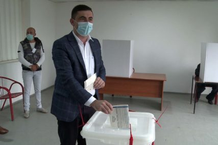 PRELIMINARNI REZULTATI IZBORA Petrović ima oko 3.000 glasova više od Mićića