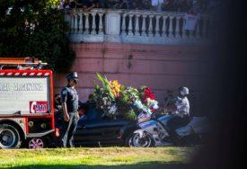 BROJNI NAVIJAČI POSLJEDNJI PUT POZDRAVILI LEGENDU Maradona sahranjen u prisustvu rodbine i prijatelja